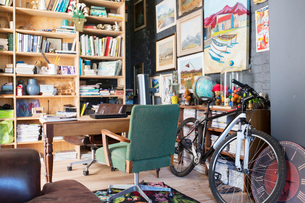 Desk, bookshelves and bicycle in studyの写真素材 [FYI02163573]