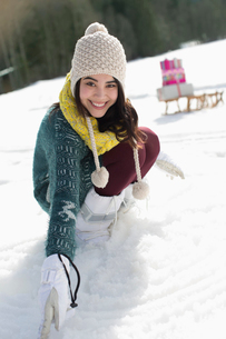 Portrait of smiling woman in snowの写真素材 [FYI02163724]