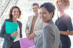 Portrait of four smiling businesswomen in officeの写真素材 [FYI02163786]