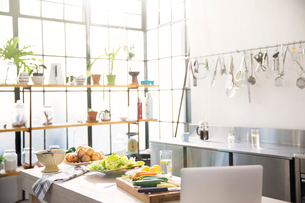 Interior of domestic kitchen with vegetables on kitchen counterの写真素材 [FYI02163791]