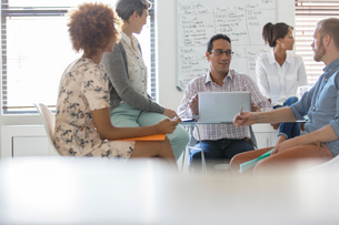 People having meeting in officeの写真素材 [FYI02163820]