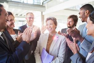 Office team congratulating businesswomanの写真素材 [FYI02163876]