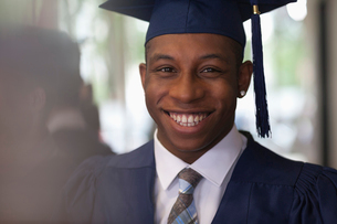 Male student wearing graduation clothes and smiling at cameraの写真素材 [FYI02163904]
