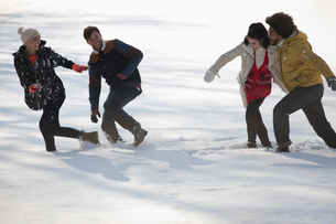 Friends playing in snowの写真素材 [FYI02163970]