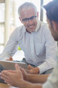 Businessmen talking in officeの写真素材 [FYI02164003]