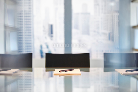 Part of modern conference room with table chairs, notepads and pensの写真素材 [FYI02164088]