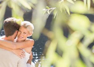 Couple hugging by poolの写真素材 [FYI02164134]