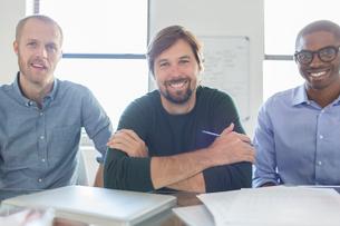 Portrait of three smiling businessmen in officeの写真素材 [FYI02164159]