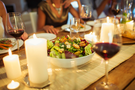 Salad bowl on table at dinner partyの写真素材 [FYI02164274]