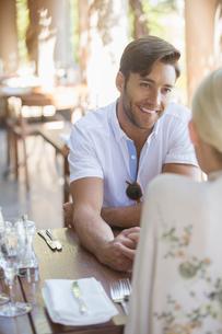 Couple talking in restaurantの写真素材 [FYI02164402]