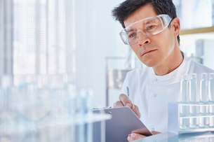 Man working in laboratory holding chartの写真素材 [FYI02164514]