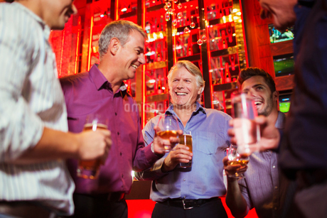 Group of smiling men having drink in barの写真素材 [FYI02164639]
