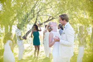 Young couple dancing at wedding reception in domestic gardenの写真素材 [FYI02164861]