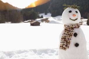 Snowman in sunny fieldの写真素材 [FYI02164873]