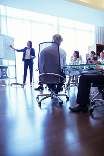 Businesswoman giving presentation in conference roomの写真素材 [FYI02164882]