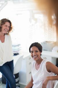 Portrait of two smiling women in officeの写真素材 [FYI02165039]