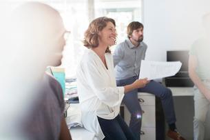 Team having meeting in officeの写真素材 [FYI02165094]