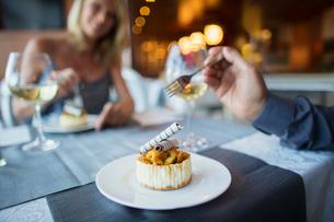 Couple eating dessert in fancy restaurantの写真素材 [FYI02165098]