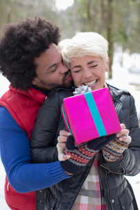 Couple with gift outdoorsの写真素材 [FYI02165149]