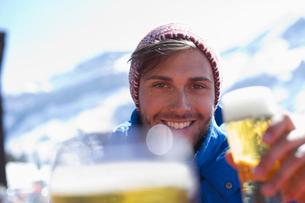 Portrait of man drinking beer outdoorsの写真素材 [FYI02165200]