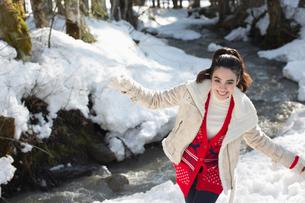 Portrait of smiling woman in snowの写真素材 [FYI02165294]