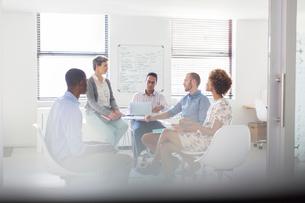 Team having meeting in modern officeの写真素材 [FYI02165305]