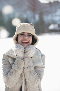 Smiling woman in snowの写真素材 [FYI02165439]