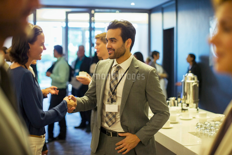 Business people shaking hands during reception in officeの写真素材 [FYI02165440]