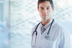 Portrait of confident doctor wearing lab coatの写真素材 [FYI02165796]