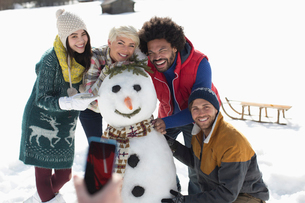 Friends around snowmanの写真素材 [FYI02165820]