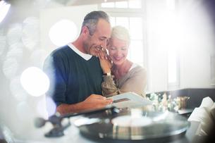 Older couple listening to vinyl recordsの写真素材 [FYI02165905]