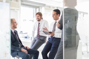 Businesspeople having meeting in modern officeの写真素材 [FYI02165984]