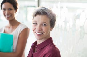 Portrait of two smiling businesswomen in officeの写真素材 [FYI02166014]
