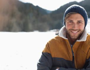 Portrait of smiling man in snowの写真素材 [FYI02166081]