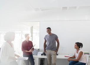 People having meeting in officeの写真素材 [FYI02166200]