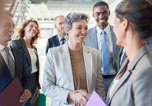 Office team congratulating businesswomanの写真素材 [FYI02166287]