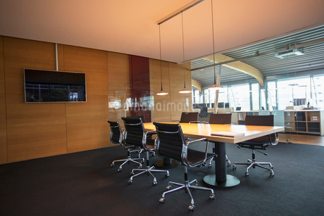 Conference table in empty office meeting roomの写真素材 [FYI02166319]