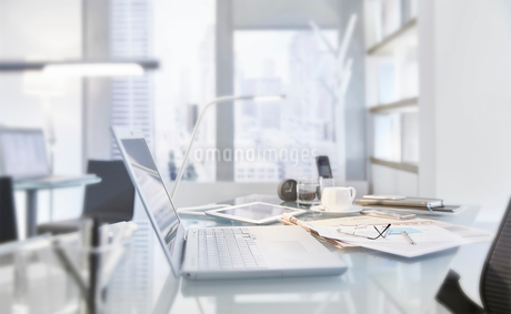 Messy table in conference room of modern office with laptopの写真素材 [FYI02166330]