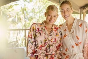 Smiling women wearing bathrobesの写真素材 [FYI02166389]