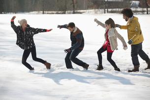 Couples walking in snowの写真素材 [FYI02166414]