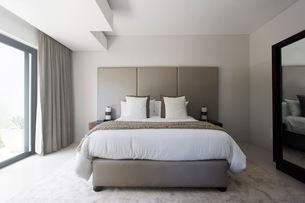 Modern white and beige bedroom with double bedの写真素材 [FYI02166422]
