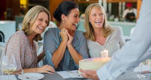 Mature women celebrating birthdayの写真素材 [FYI02166461]