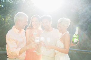 Friends toasting each other with champagne outdoorsの写真素材 [FYI02166510]