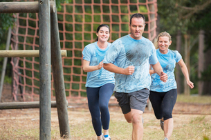Team running on boot camp obstacle courseの写真素材 [FYI02166586]