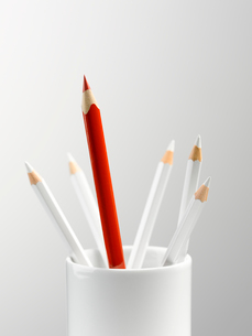 Tall red pencil in cup with smaller white pencils still lifeの写真素材 [FYI02166676]
