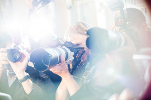 Close up of paparazzi photographers pointing cameras at eventの写真素材 [FYI02166699]