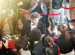 Celebrity being interviewed and photographed by paparazzi photographers at red carpet eventの写真素材 [FYI02166739]
