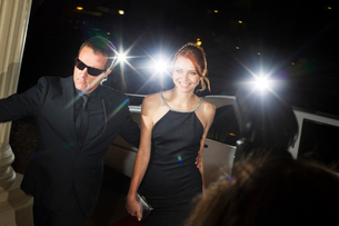 Bodyguard escorting smiling celebrity arriving at eventの写真素材 [FYI02166748]