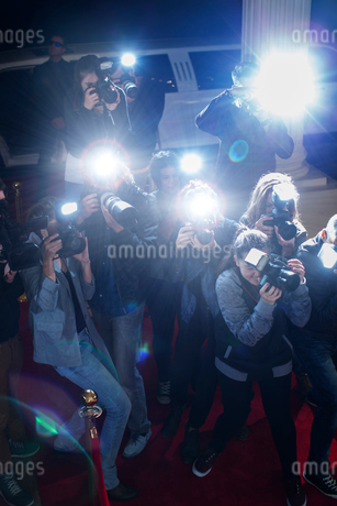 Paparazzi photographers pointing cameras at red carpet eventの写真素材 [FYI02166757]
