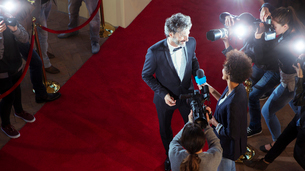 Celebrity being interviewed and photographed by paparazzi photographers at red carpet eventの写真素材 [FYI02166810]